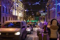 MOSCÚ, RUSIA - DICIEMBRE DE 2015: La decoración de la Navidad y del Año Nuevo se enciende en la calle de Bolshaya Dmitrovka en el Imagen de archivo libre de regalías