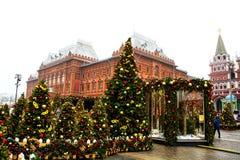 MOSCÚ, RUSIA - DICIEMBRE DE 2017: La Navidad y Año Nuevo en el cuadrado de Manege Estaciones de Moscú del festival Imagen de archivo