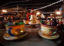 Moscú, Rusia, diciembre de 2015 Tazas de la atracción de té que hacen girar en un círculo Fotografía de archivo libre de regalías