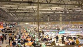 MOSCÚ, RUSIA - DICIEMBRE, 25, 2016 Timelapse dinámico del supermercado de cadena internacional Globus Área del pago y envío 4K metrajes