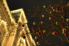Moscú, Rusia, el 20 de diciembre de 2018 Bolas de la Navidad en el nuevo Imagen de archivo