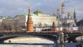 MOSCÚ, RUSIA, el 11 de febrero de 2017: Moscú el Kremlin, un edificio histórico en Moscú central Quay del río, el puente almacen de video