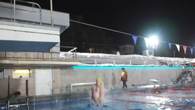 Moscú, Rusia, el 16 de febrero de 2019: Hombre de mediana edad con el tum hacer salto en piscina de área del salto del trampolín almacen de video