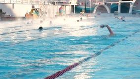 Moscú, Rusia, el 16 de febrero de 2019: La gente activa nada al aire libre en una piscina Chayka de los deportes en invierno El n almacen de metraje de vídeo