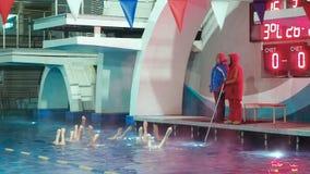Moscú, Rusia, el 16 de febrero de 2019: Natación sincronizada Dos coches entrenan a muchachas de los atletas en la natación sincr almacen de metraje de vídeo