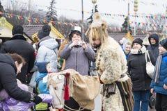 Moscú, Rusia, el 12 de marzo de 2016, el hombre se vistió en pieles de a Fotografía de archivo libre de regalías