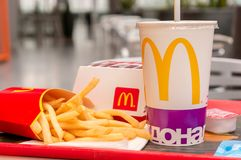 Moscú, Rusia, el 15 de marzo de 2018: Menú, patatas fritas y Coca-Cola grandes de la hamburguesa del mac del ` s de McDonald Imagenes de archivo