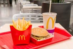 Moscú, Rusia, el 15 de marzo de 2018: Menú, patatas fritas y Coca-Cola grandes de la hamburguesa del mac del ` s de McDonald Fotos de archivo libres de regalías