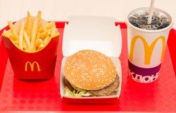 Moscú, Rusia, el 15 de marzo de 2018: Menú, patatas fritas y Coca-Cola grandes de la hamburguesa del mac del ` s de McDonald Imagen de archivo libre de regalías