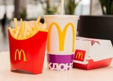 Moscú, Rusia, el 15 de marzo de 2018: Menú, patatas fritas y Coca-Cola grandes de la hamburguesa del mac del ` s de McDonald Foto de archivo
