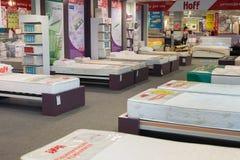 MOSCÚ, RUSIA - 24 09 2015 El interior de la tienda Hoff - uno de la red rusa más grande de los muebles Muestrea los colchones Imagen de archivo libre de regalías