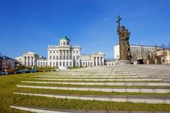 Moscú, Rusia, 09/11/2017, el monumento a príncipe Vladimir del St el grande contra el edificio de la biblioteca estatal Imágenes de archivo libres de regalías