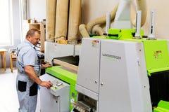 Moscú, Rusia, 08 05 2018: Fábrica de los muebles Tienda para el proceso y la fabricación de madera de los muebles Los trabajadore fotografía de archivo libre de regalías