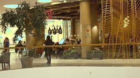 MOSCÚ, RUSIA - FEBRERO, 28, 2017 Café moderno en metrópoli de la alameda de compras vídeo 4K metrajes