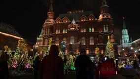 Moscú, Rusia febrero de 2018: Árboles de navidad adornados en honor de la semana de Shrovetide en Moscú cerca del cuadrado rojo almacen de metraje de vídeo