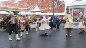 MOSCÚ, RUSIA FEBRERO DE 2017: Festividades de Shrovetide en Moscú La gente se está divirtiendo en el martes de carnaval en Rusia  almacen de metraje de vídeo