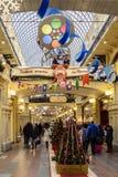 Moscú, Rusia Gente con compras y árboles de navidad con las bolas de cristal y cintas en la GOMA por la Navidad y nuevo 2019 años fotos de archivo