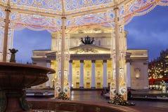Moscú, Rusia, instalación de la Navidad en el teatro de Bolshoi en Moscú Imagen de archivo libre de regalías