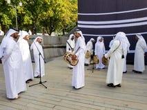 Moscú, Rusia - julio de 2018: Grupo de gente del qatari que presenta música tradicional durante la tarjeta 2022 de visita de Qata foto de archivo