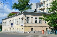 Moscú, Rusia, junio, 12, 2017, casa señorial de la primera mitad del siglo XIX en el polo de Vorontsovo, construyendo 3 Foto de archivo