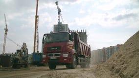 Moscú, Rusia - junio de 2018: Camión en la acción en un emplazamiento de la obra escena Camión en el emplazamiento de la obra almacen de metraje de vídeo