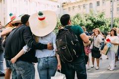 MOSCÚ, RUSIA - JUNIO DE 2018: Las fans de México se fotografían con las muchachas rusas con la bandera del país y en un sombrero  foto de archivo