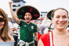 MOSCÚ, RUSIA - JUNIO DE 2018: Los fans mexicanos felices en sombreros disfrutan meta en el partido México - Corea del Sur fotos de archivo