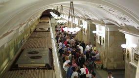 MOSCÚ, RUSIA - JUNIO DE 2013: Pasajeros del metro de Moscú de la vida de cada día almacen de video