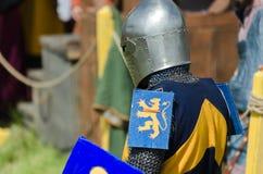 MOSCÚ, Rusia-junio 06,2016: El guerrero medieval se prepara para el duelo El caballero se coloca en casco con la espada y el escu Imagen de archivo