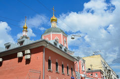Moscú, Rusia, junio, 12, 2017, la iglesia de los apóstoles santos Peter y Paul por la puerta de Yauza debajo del cielo nublado, M Fotos de archivo