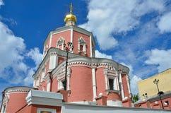 Moscú, Rusia, junio, 12, 2017, la iglesia de los apóstoles santos Peter y Paul por la puerta de Yauza debajo del cielo nublado, M Foto de archivo