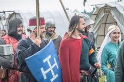MOSCÚ, Rusia-junio 06,2016: Los guerreros en trajes antiguos están marchando al campo de batalla Fotos de archivo