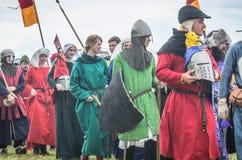 MOSCÚ, Rusia-junio 06,2016: Los guerreros en trajes antiguos están marchando al campo de batalla Imagenes de archivo