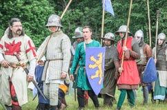 MOSCÚ, Rusia-junio 06,2016: Los guerreros en trajes antiguos están marchando al campo de batalla Foto de archivo libre de regalías