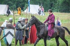 MOSCÚ, Rusia-junio 06,2016: Los guerreros en trajes antiguos están marchando al campo de batalla Fotos de archivo libres de regalías