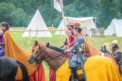 MOSCÚ, Rusia-junio 06,2016: Los guerreros en trajes antiguos están marchando al campo de batalla Imágenes de archivo libres de regalías