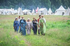 MOSCÚ, Rusia-junio 06,2016: Mujeres campesinas hermosas que pasan campo de hierba en traje tradicional rumano imágenes de archivo libres de regalías