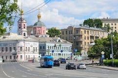 Moscú, Rusia, junio, 12, 2017, transporte en el cuadrado de Yauzskie Vorota, mansiones viejas y la iglesia de los apóstoles santo Fotografía de archivo