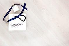 Moscú, Rusia - 08 14 2016: La bolsa de Pandora en un fondo blanco, Pandora es famosa por sus pulseras, encantos y joyería P Foto de archivo