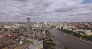Moscú, Rusia La vista aérea las colinas rojas culturales rusas del centro 'incluye un centro de negocios 'torres de la orilla ',  almacen de video
