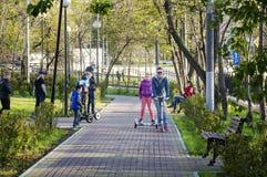 MOSCÚ, RUSIA - 2017-05-14: Los habitantes de ciudad de Moscú que disfrutan de actividades al aire libre en los Guerrero-ganadores Fotografía de archivo