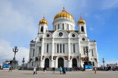 Moscú, Rusia, marzo, 20, 2016, escena rusa: gente que camina cerca de la catedral de Cristo el salvador en Moscú Foto de archivo libre de regalías