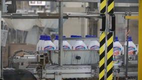 Moscú, Rusia - mayo de 2017: Detergente líquido en cadena de producción automatizada clip Cadena de producción para la producción Imagenes de archivo