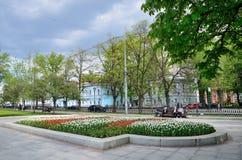 Moscú, Rusia, mayo, 19, 2017 La gente que camina en Pushkinsky parquea en la calle de Spartakovskaya imagen de archivo