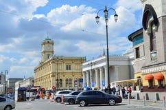 Moscú, Rusia, mayo, 19, 2017 La gente y los coches están en el cuadrado de Komsomolskaya Fotografía de archivo