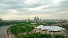 MOSCÚ, RUSIA - MAYO, 24, 2017 Tiro aéreo de la mucha altitud de renovado para el estadio de fútbol 2018 de Luzhniki del mundial d Fotografía de archivo libre de regalías