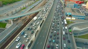 MOSCÚ, RUSIA - MAYO, 22, 2017 Tiro aéreo del atasco pesado en el camino del coche sobre la hora punta de la tarde Imagenes de archivo