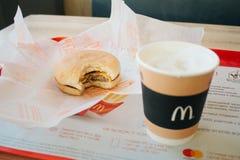 Moscú, Rusia - 11 18 2018: Menú de la hamburguesa en el restaurante de mcdonald, café, cheeseburger Comida rápida, concepto de la fotografía de archivo libre de regalías