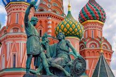 Moscú, Rusia Monumento de bronce de Pozharsky y de Minin en la Plaza Roja Catedral de las albahacas del St en fondo foto de archivo