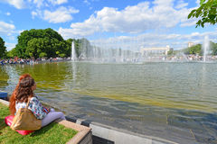 MOSCÚ, RUSIA - 26 06 2015 Parque de Gorki - central Fotografía de archivo